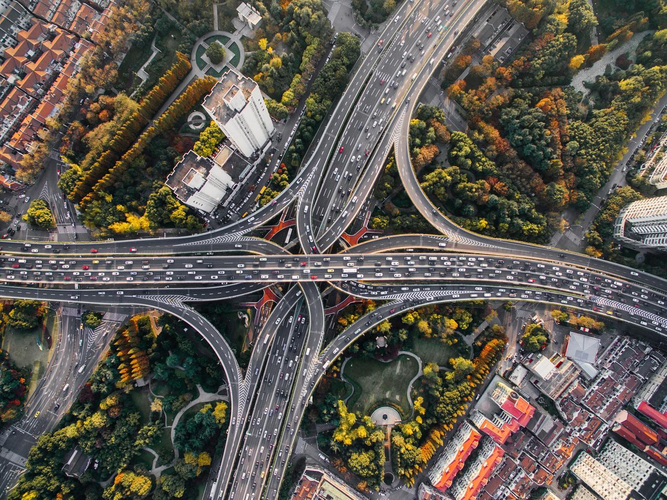 Vistá aérea do cruzamento de várias estradas