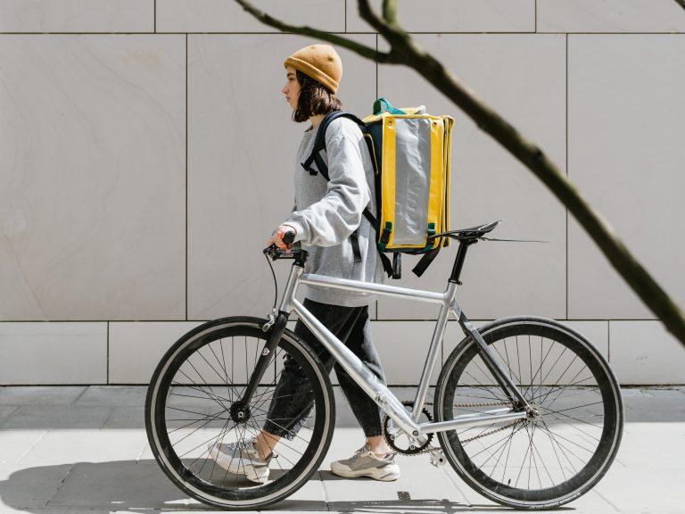 Wanita menuntun sepeda