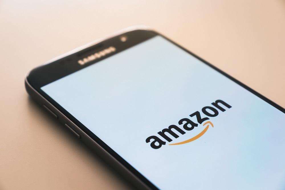 Amazon website op een telefoonscherm