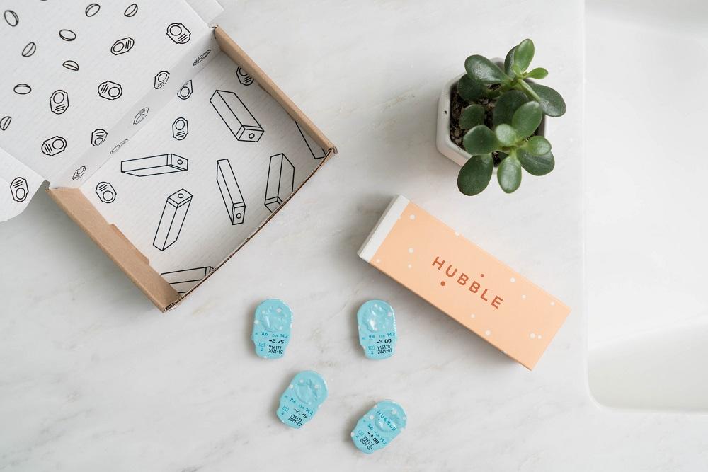doos met vitamines op marmeren oppervlak