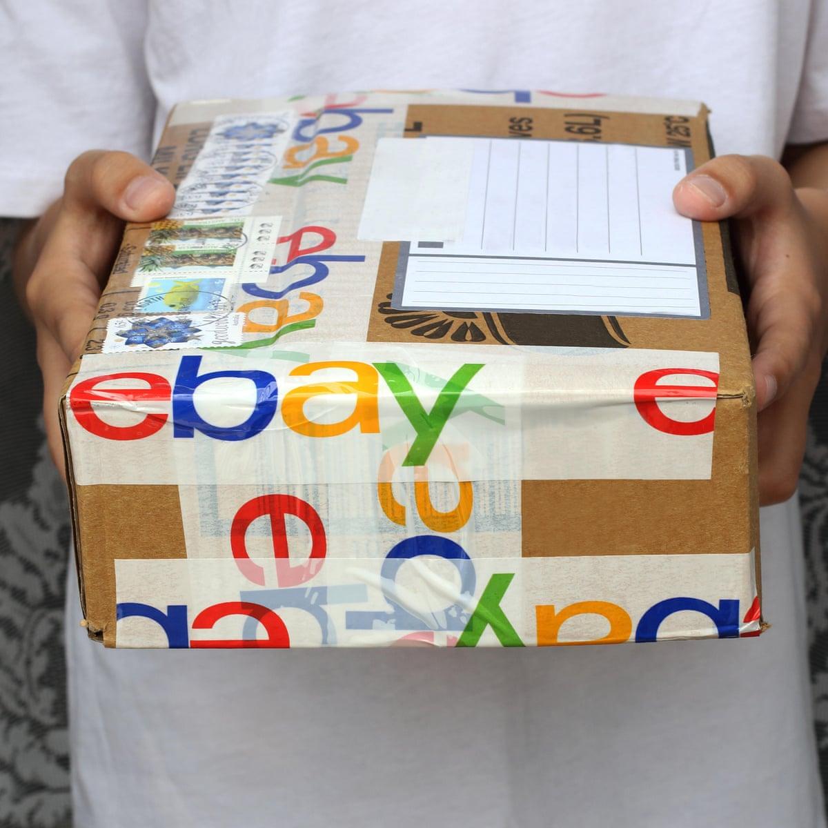 pacote de uma encomenda do eBay nas mãos