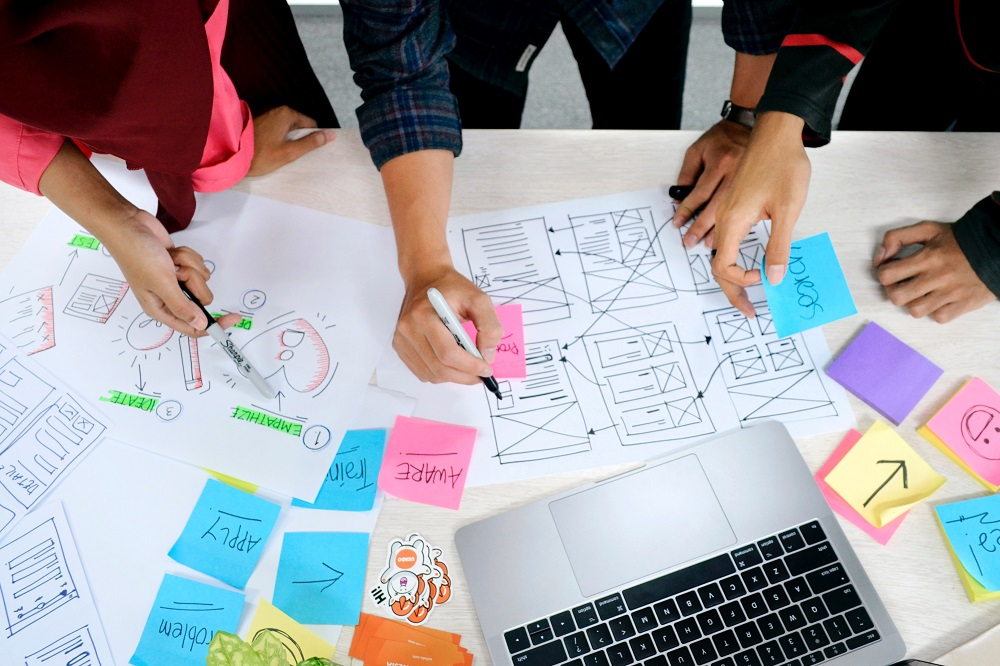 Grupos de pessoas a fazer brainstorming