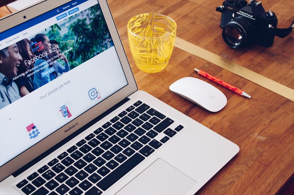 Página do Facebook ads num ecrã de um portátil