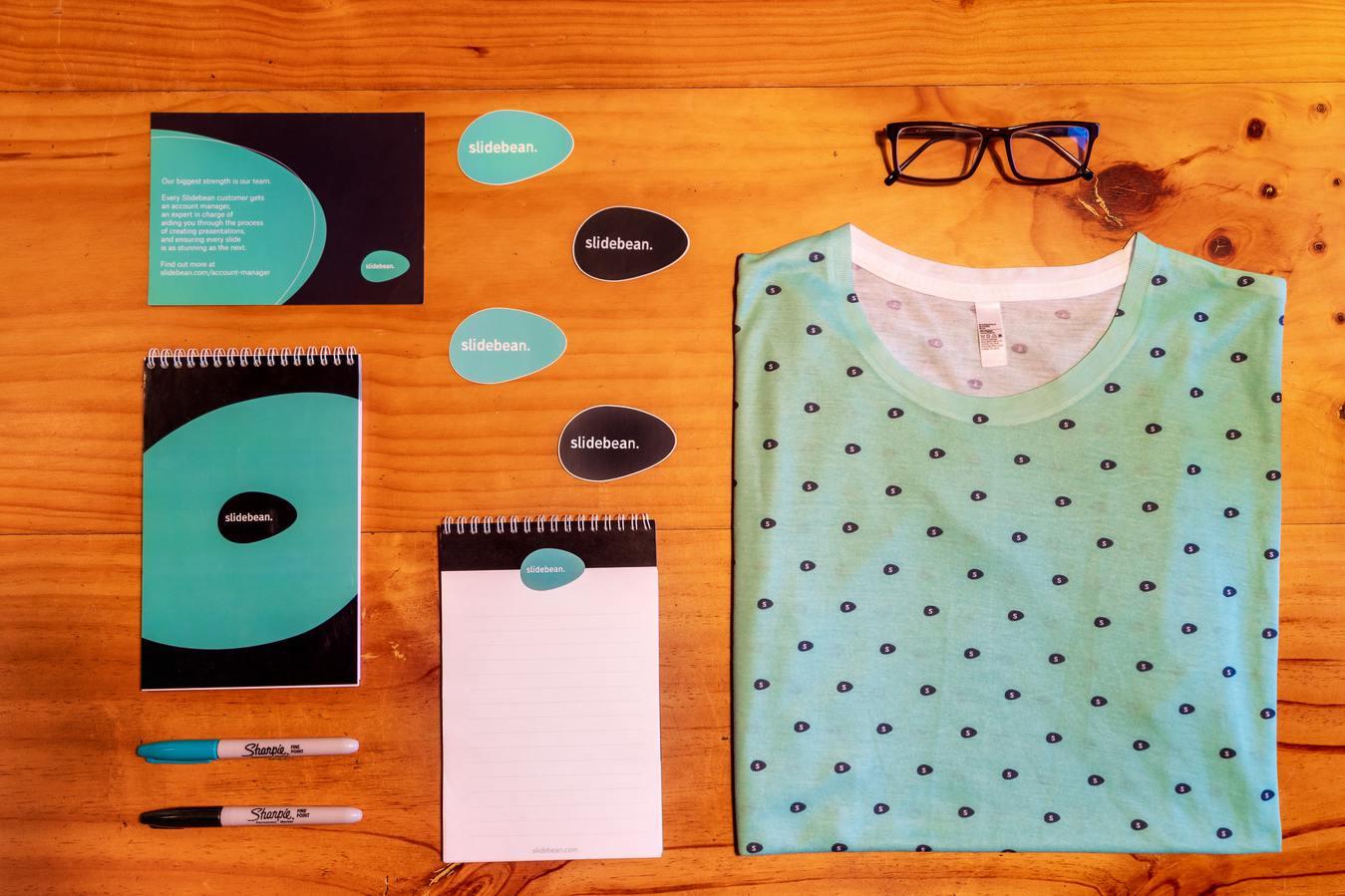 Merk samples met ontwerp op een tafel