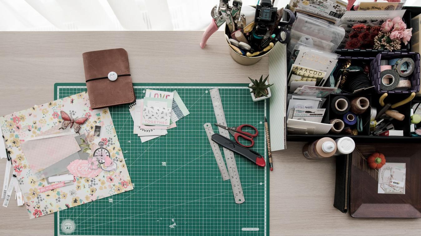 Mesa com diverso material de costura
