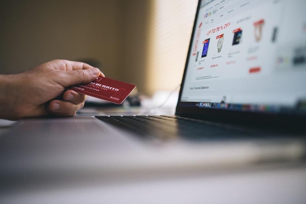 Persoon die online winkelt met een creditcard