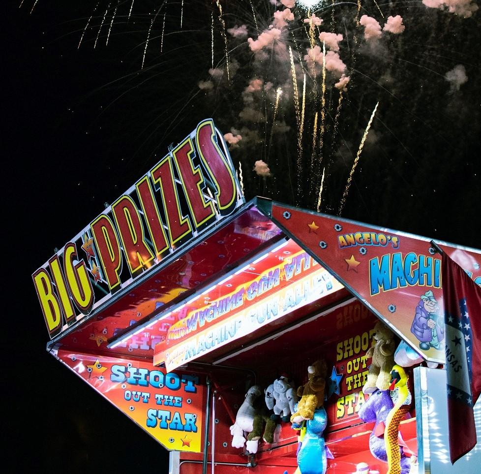 barraca em parque de diversões mostrando vários prêmios