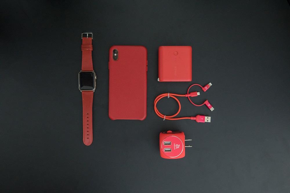 telemóvel, relógio e outros acessórios em vermelho