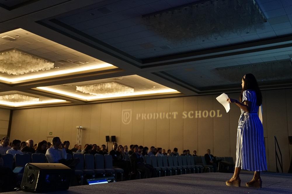 vrouw op een podium presenteert aan publiek