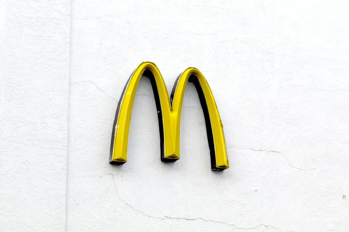 Arcos dourados do McDonalds em fundo branco