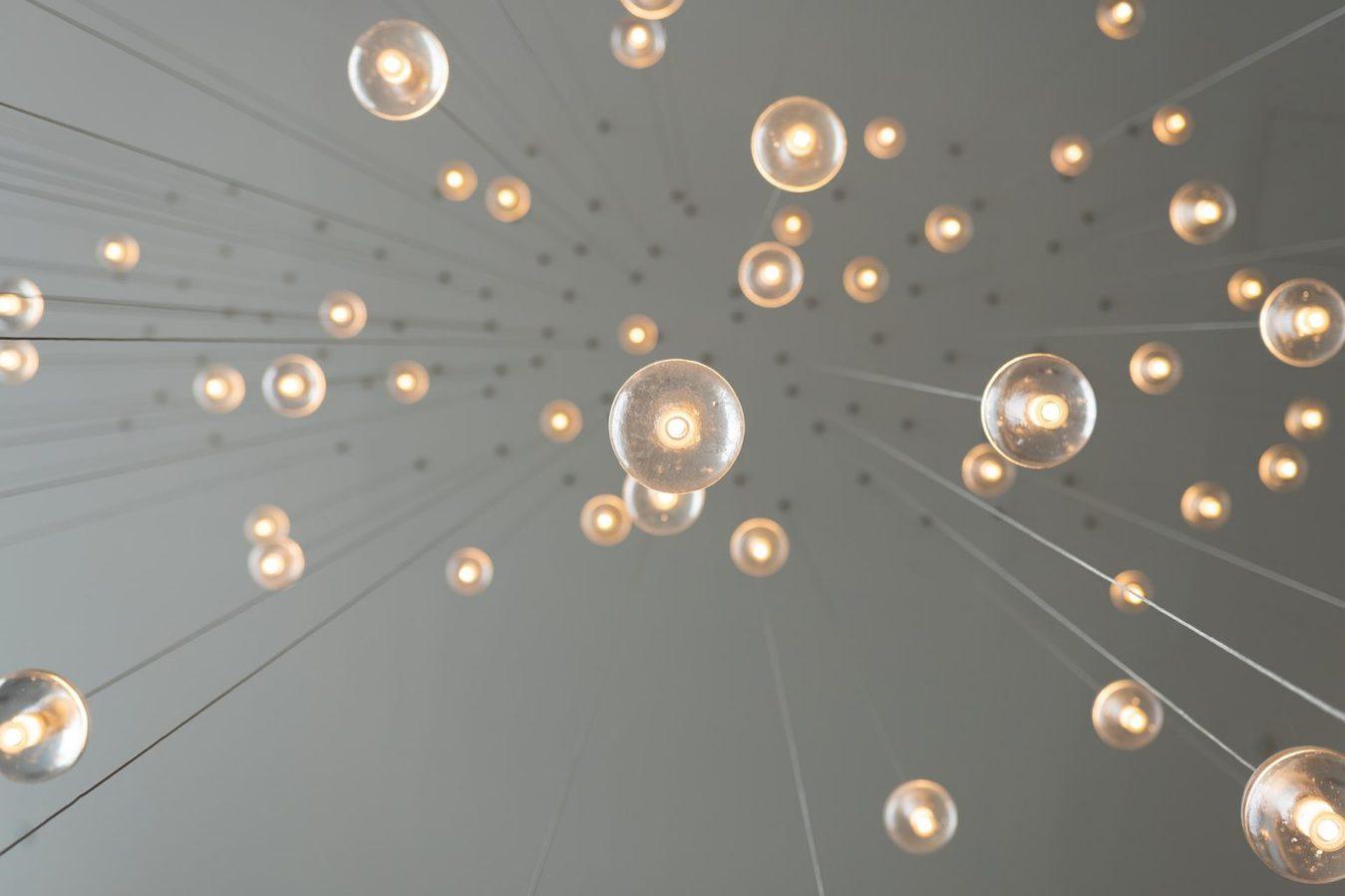 Bolhas de luz penduradas de forma criativa