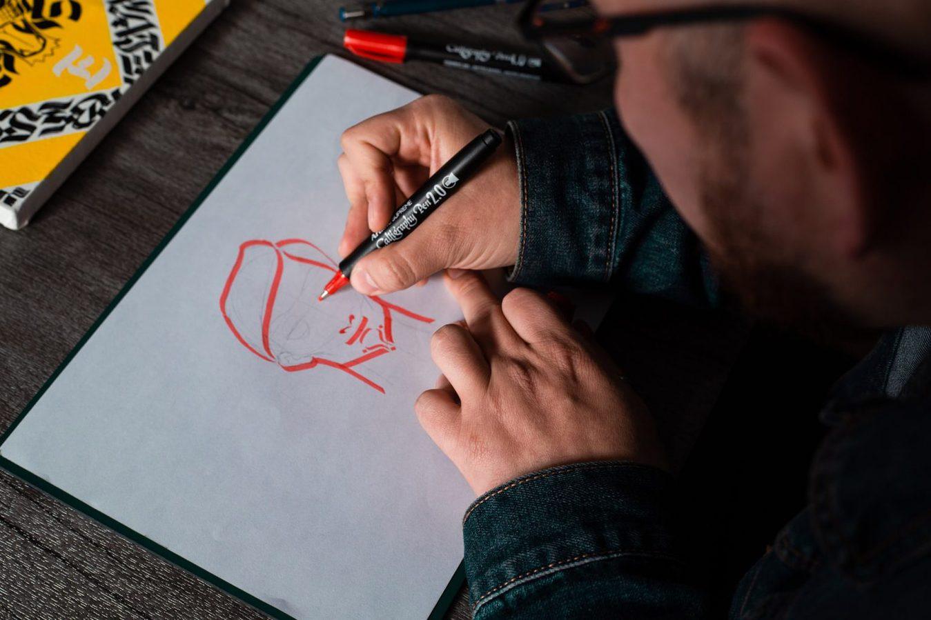 Mężczyzna rysujący, ujęcie z bliska