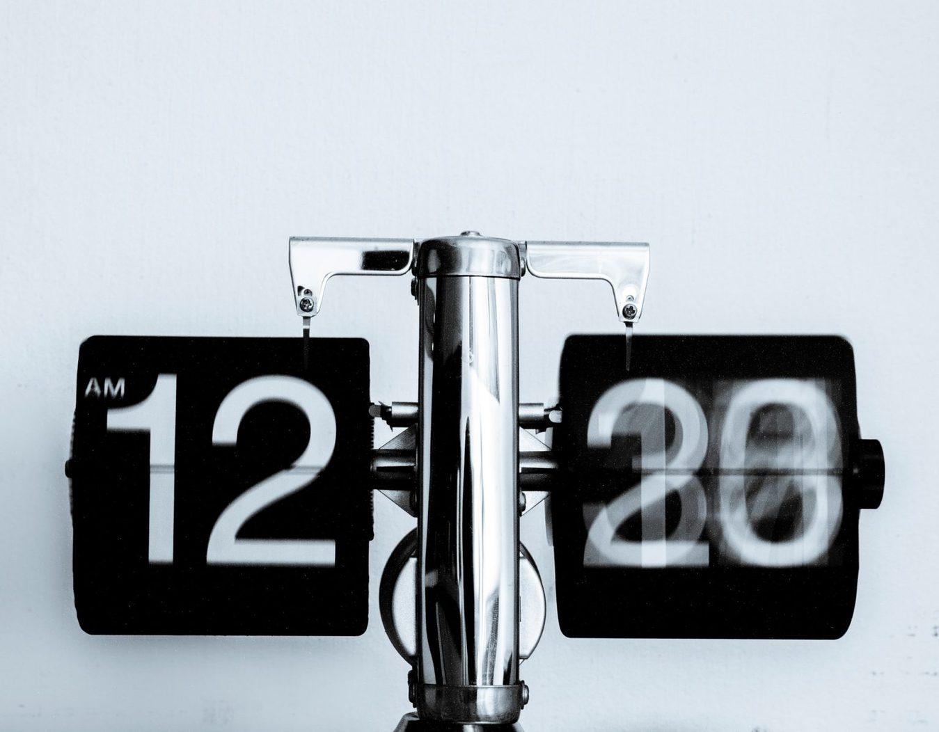 Relógio analógico em preto e branco