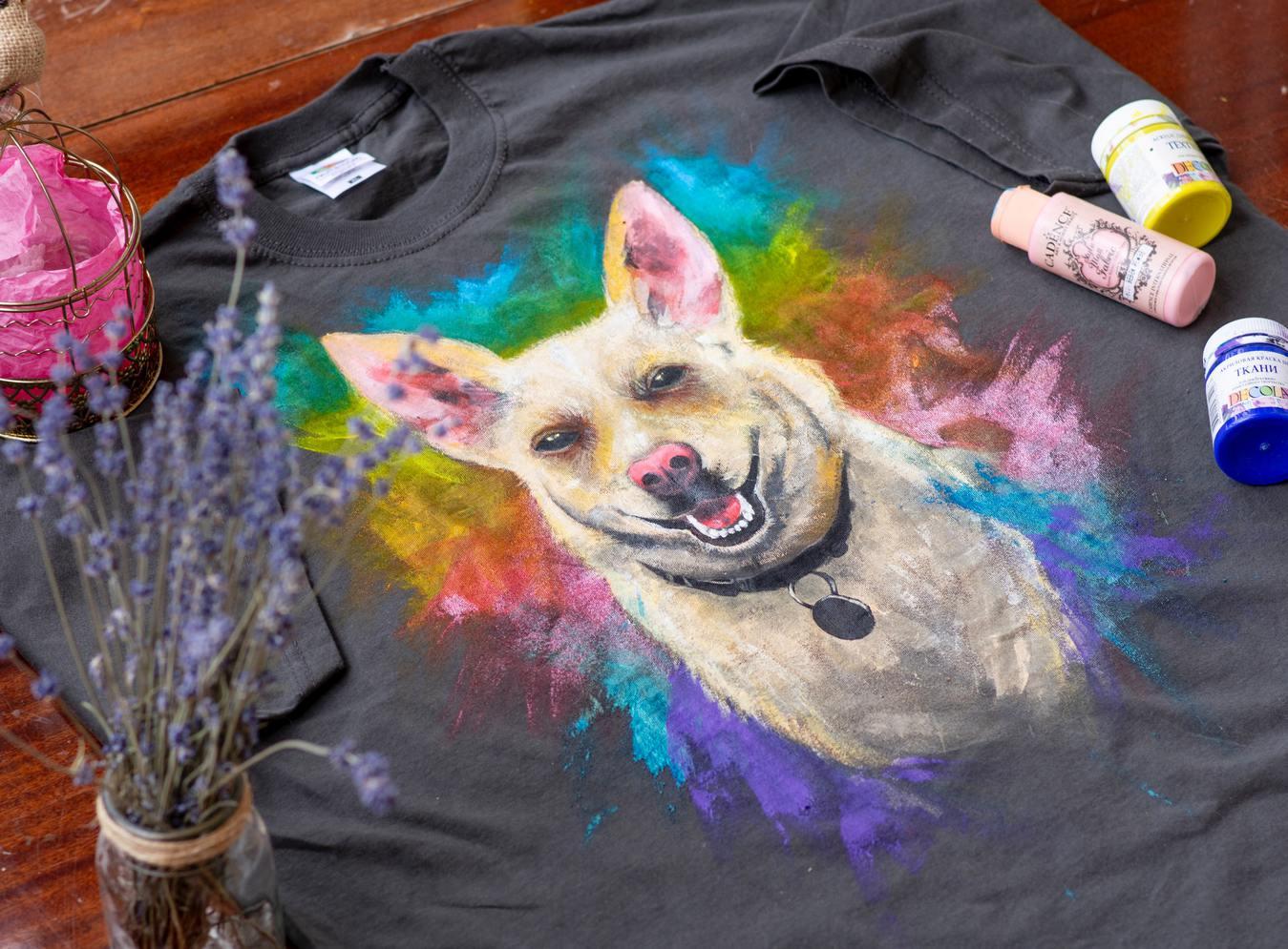 Retrato de um cachorro em uma camiseta