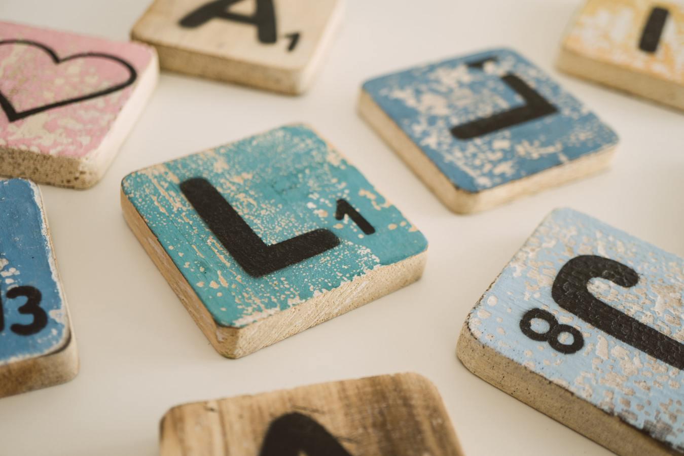 Blocos em letras de madeira do Scrabble