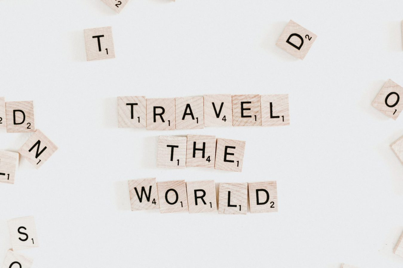 綴りのブロックは白い背景で世界を旅します