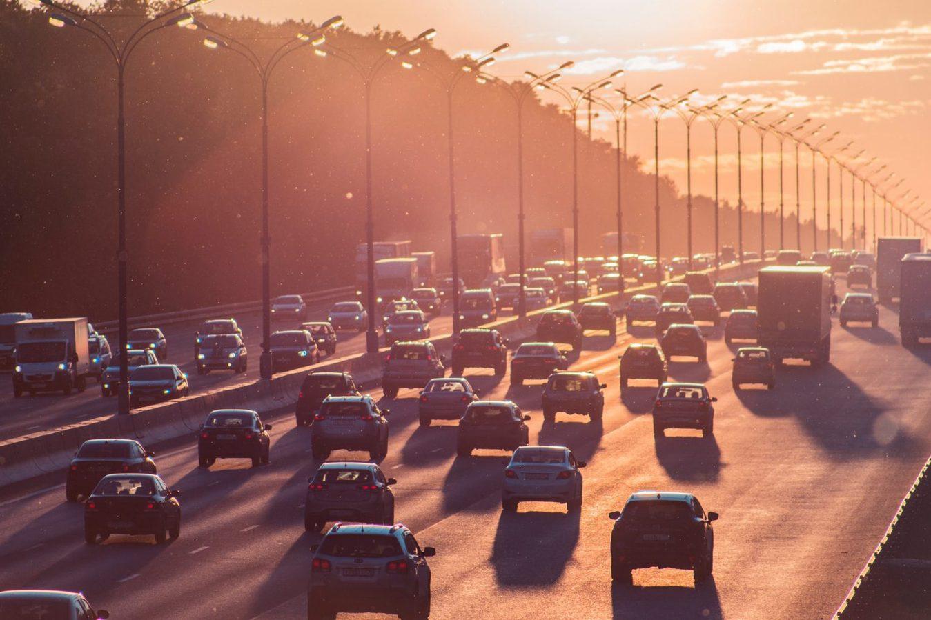 Auto's op snelweg tijdens zonsondergang