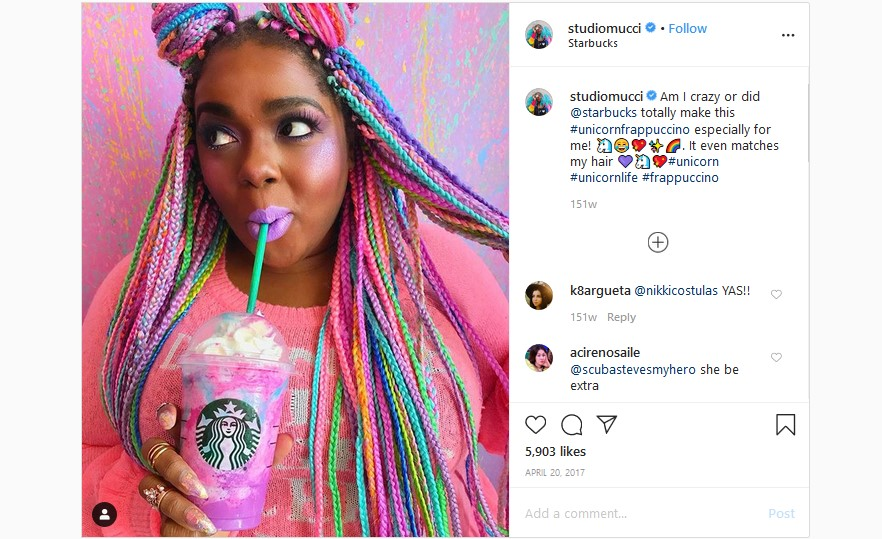 Starbucks Unicorn Frappacino e moça com cabelo colorido
