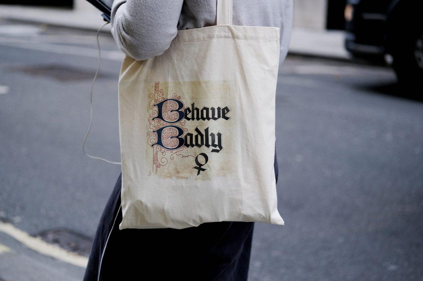 Bolsa com frase Behave Badly