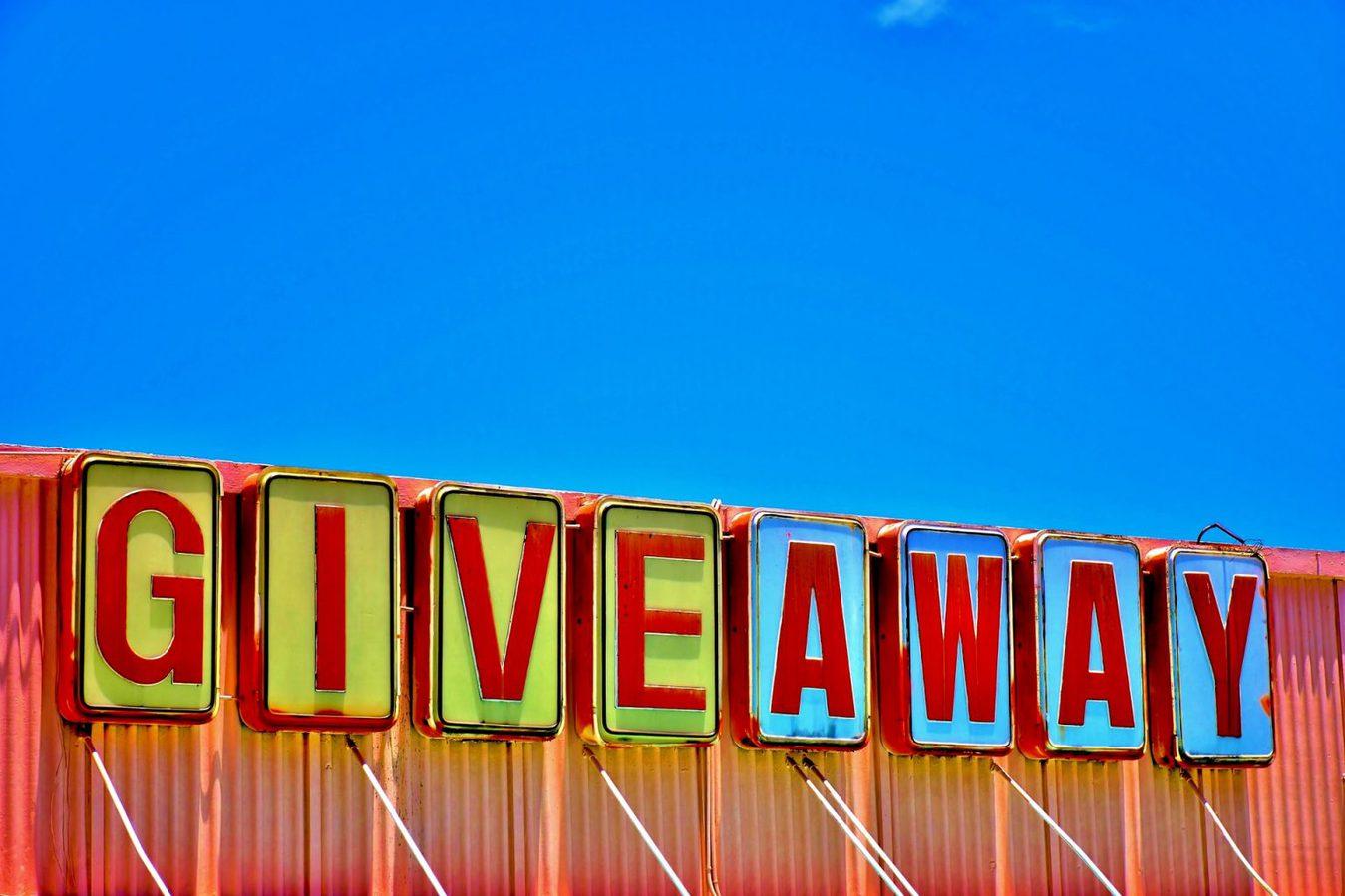 Giveaway bord tegen een blauwe hemel