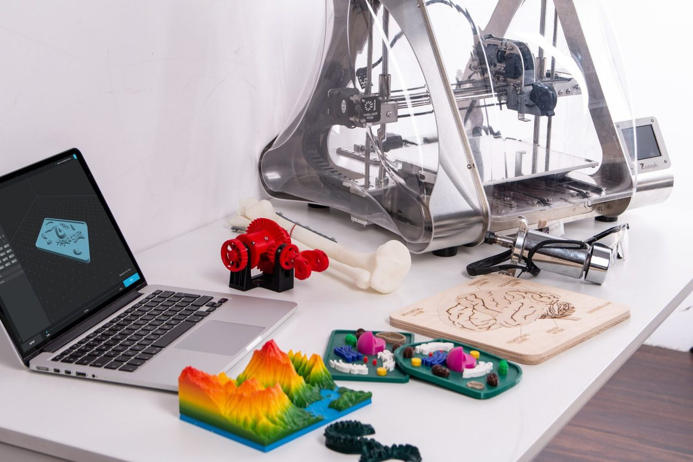 Impressora 3D com vários produtos e portátil.