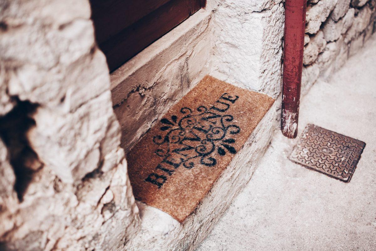 """Keset pintu """"Selamat Datang"""" dalam bahasa Prancis"""