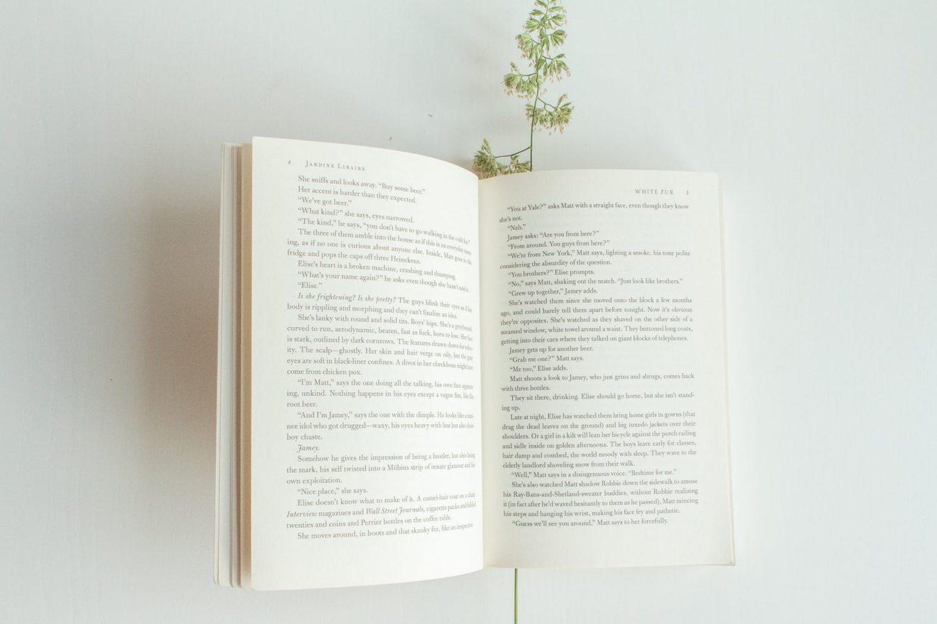 Um livro aberto sobre uma mesa branca