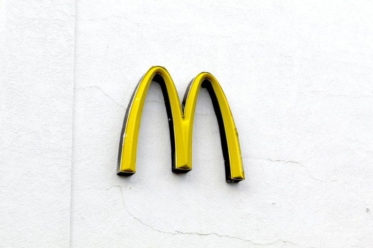 Archi d'oro McDonalds contro uno sfondo bianco