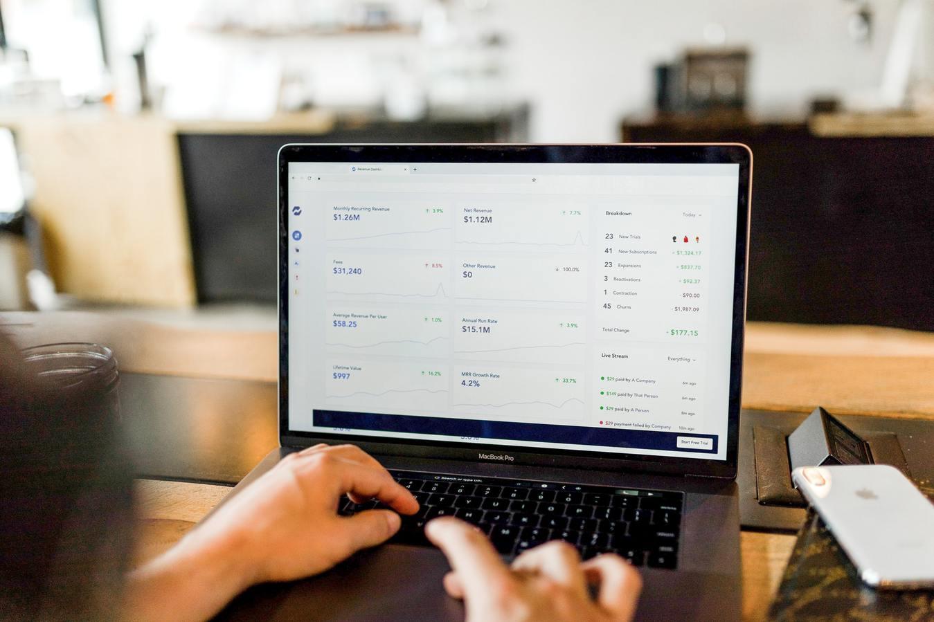 Een persoon op een laptop die naar getallen kijkt