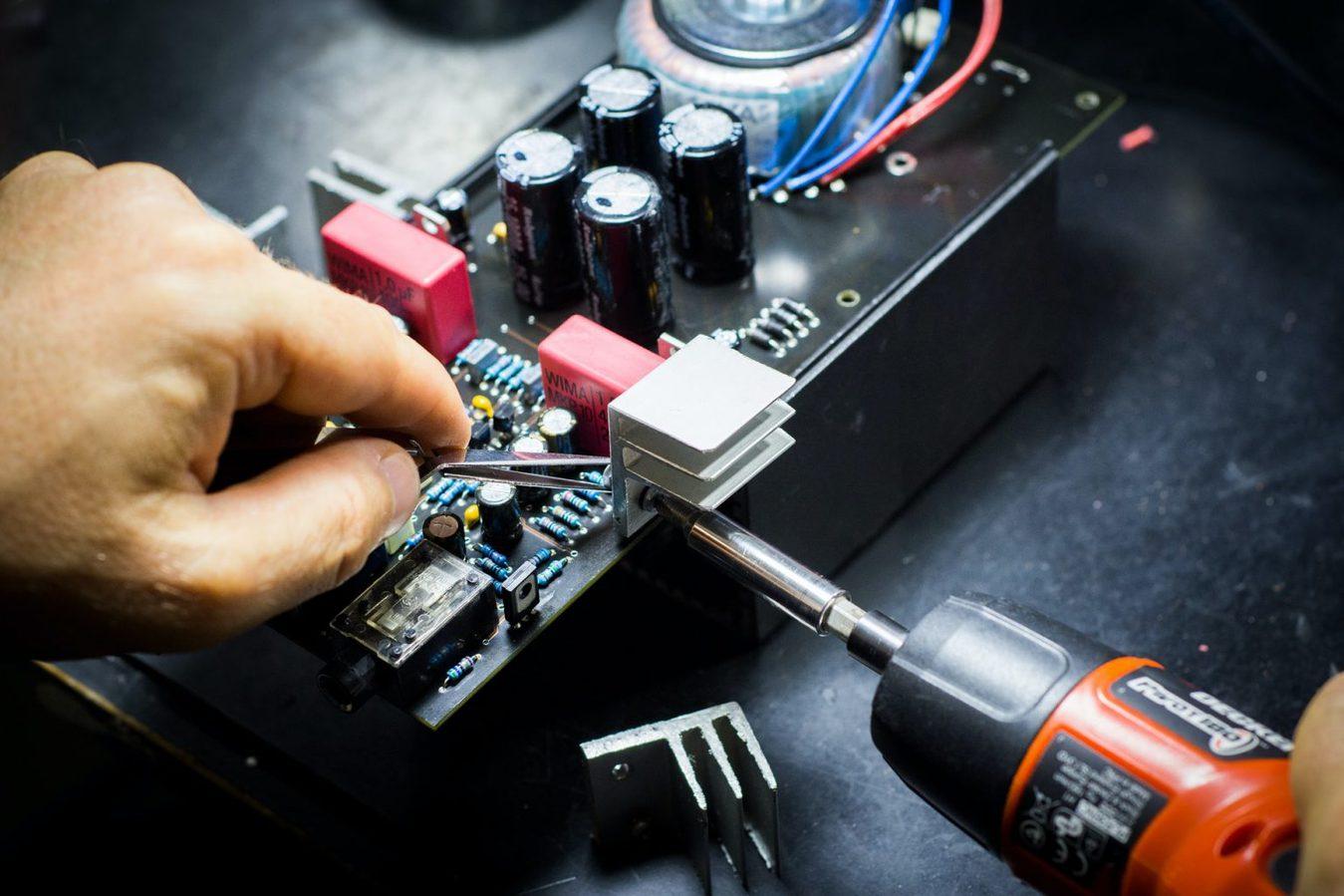 Pessoa consertando um computador