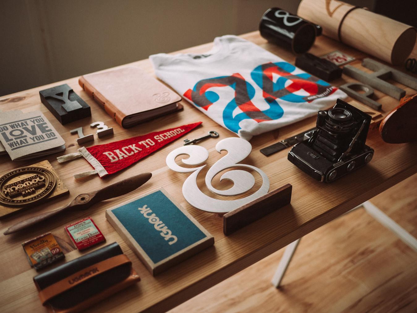 Berbagai produk di atas meja kayu