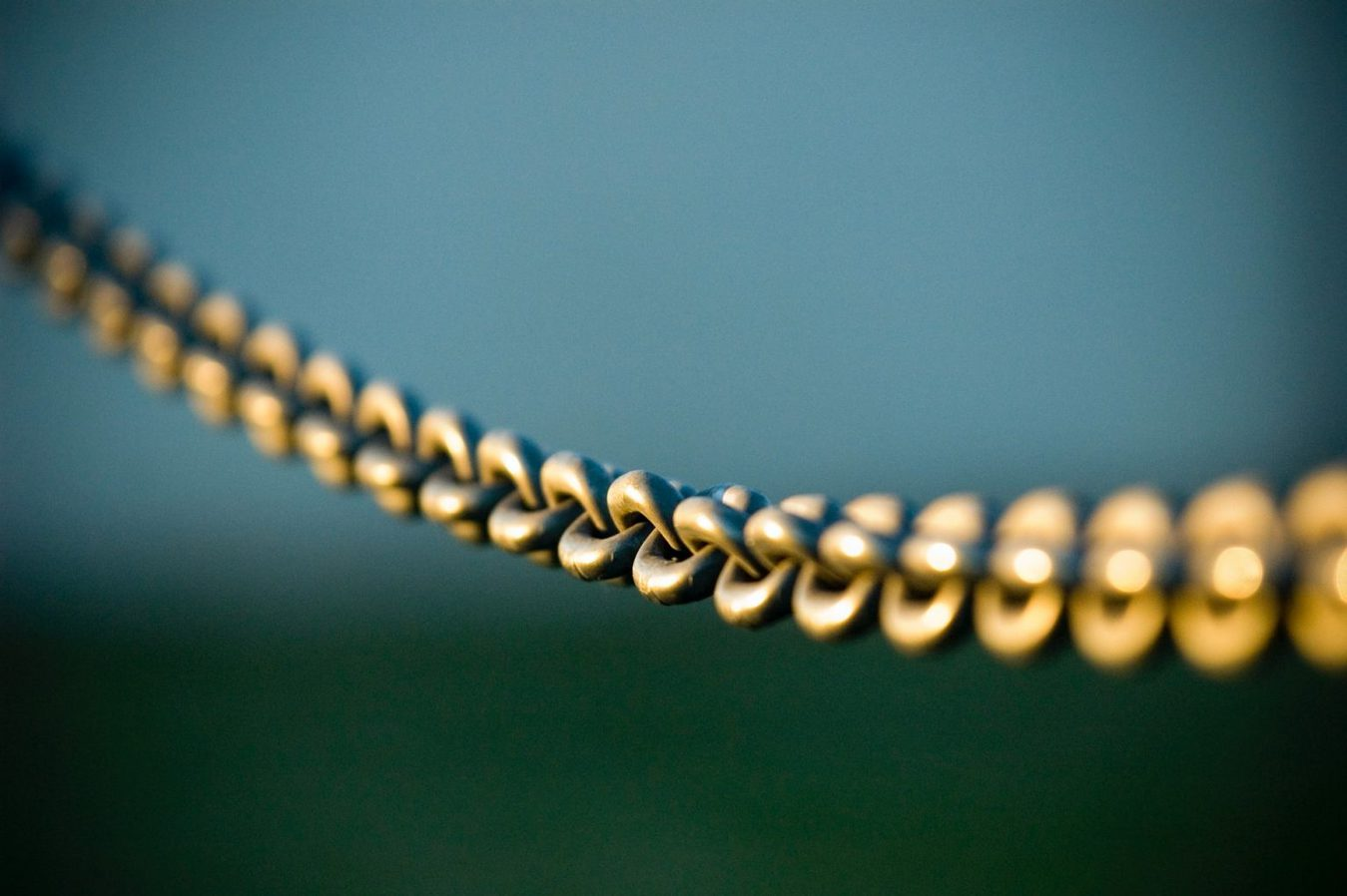 Primo piano di una catena su uno sfondo verde