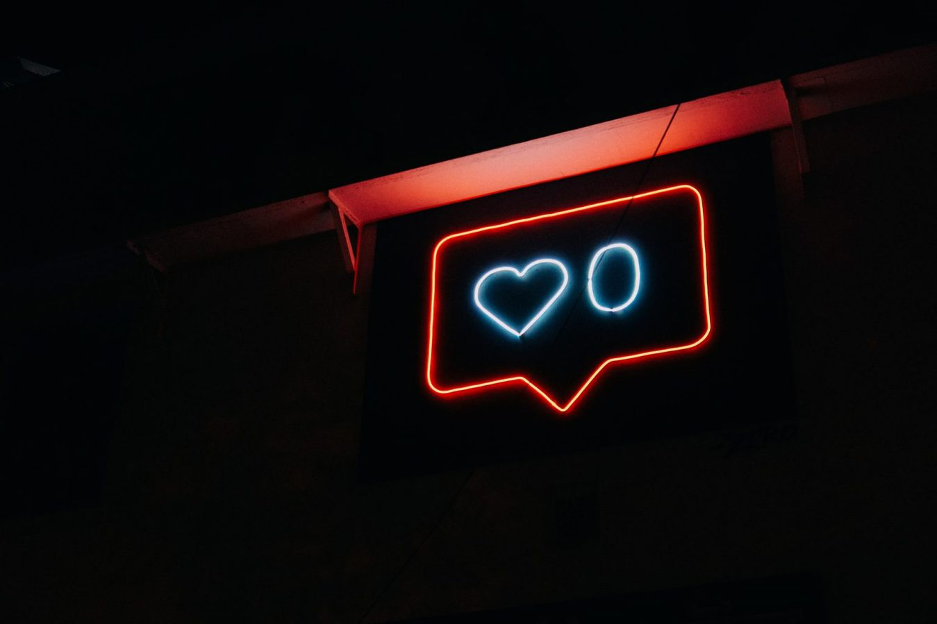Uma placa mostrando um coração sobre fundo preto