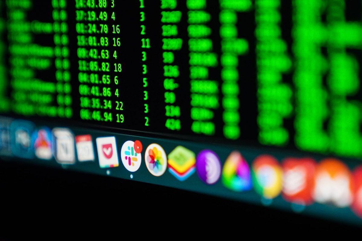 Layar desktop berisi ikon software dan aplikasi