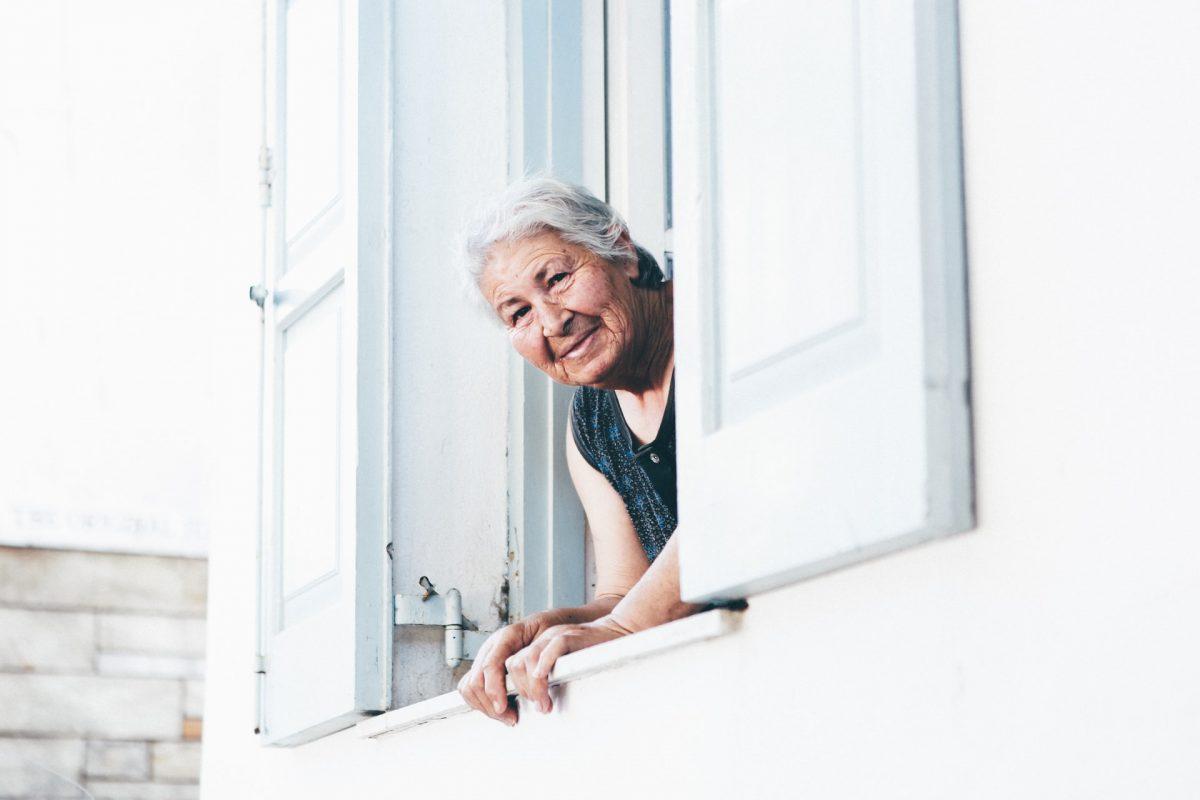 Seorang wanita tua menengok ke luar jendela