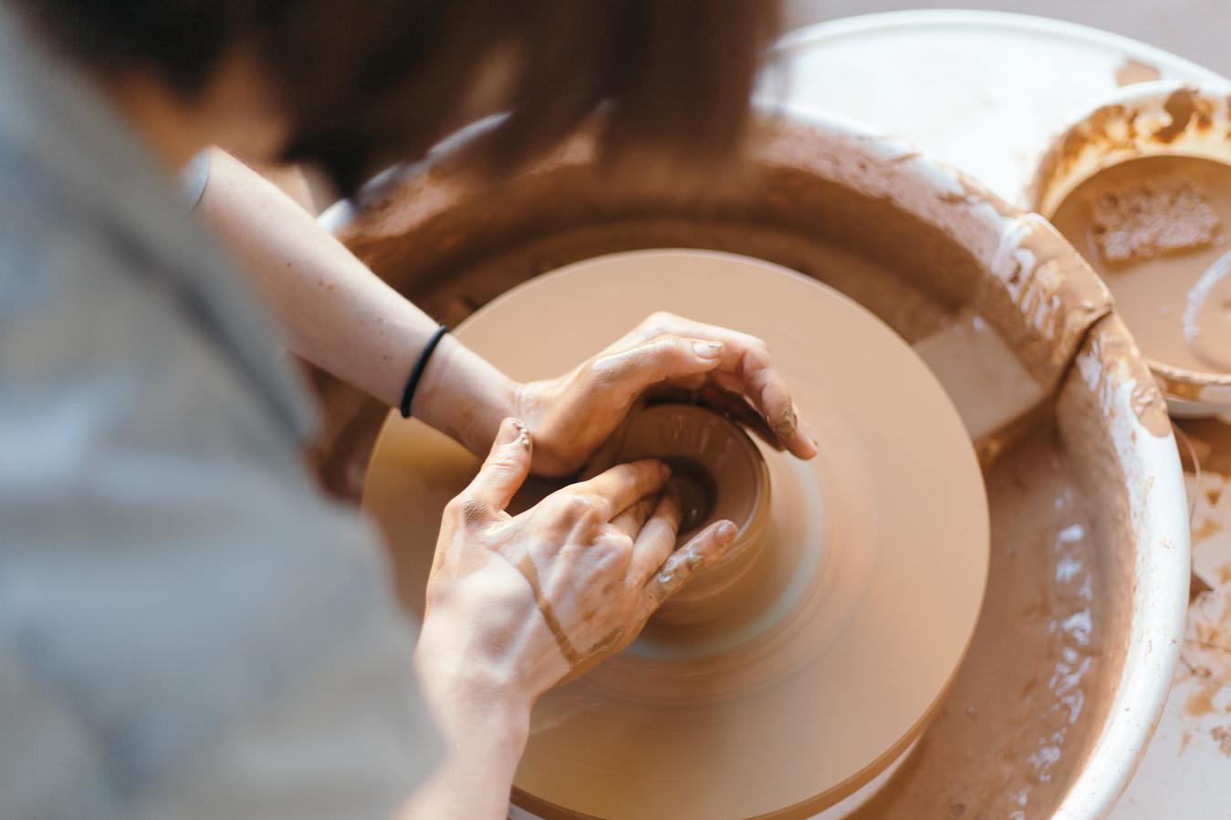 Handgemaakt aardewerk en keramiekproducten die door een persoon worden gemaakt