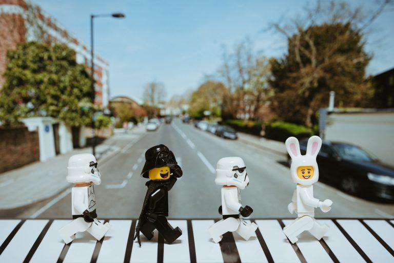 Beatles de lego atravessando a rua