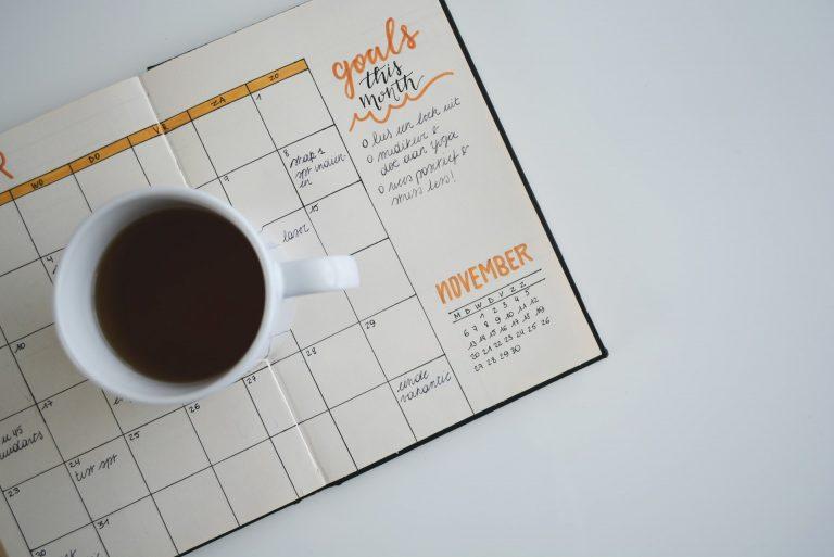 Copo de café sobre calendário