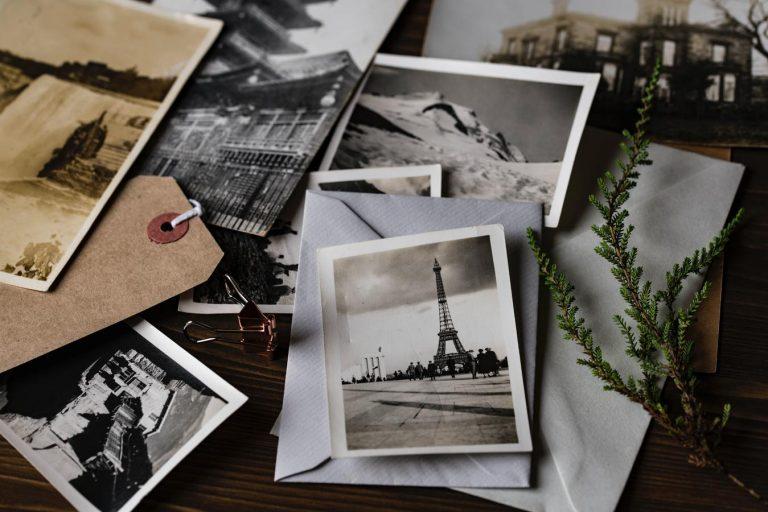 Cartões postais sobre uma mesa