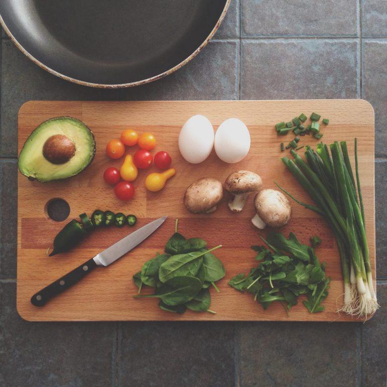 Cozinhando vegetais, tábua de cortar