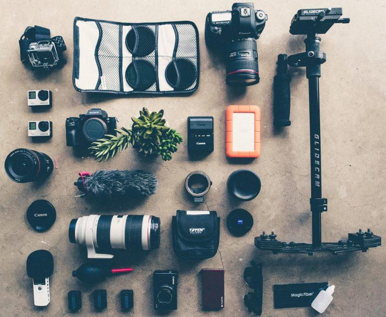Equipamento de fotografia organizado no chão