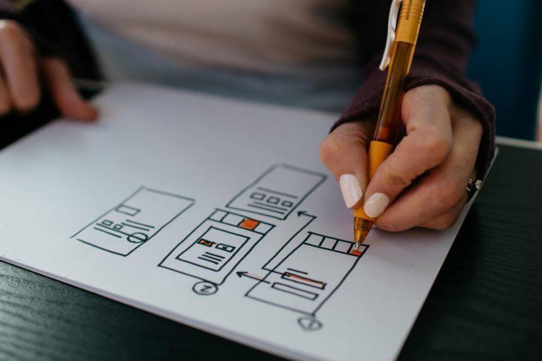 Mão fazendo design de um site