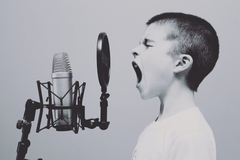Um menino gritando no microfone