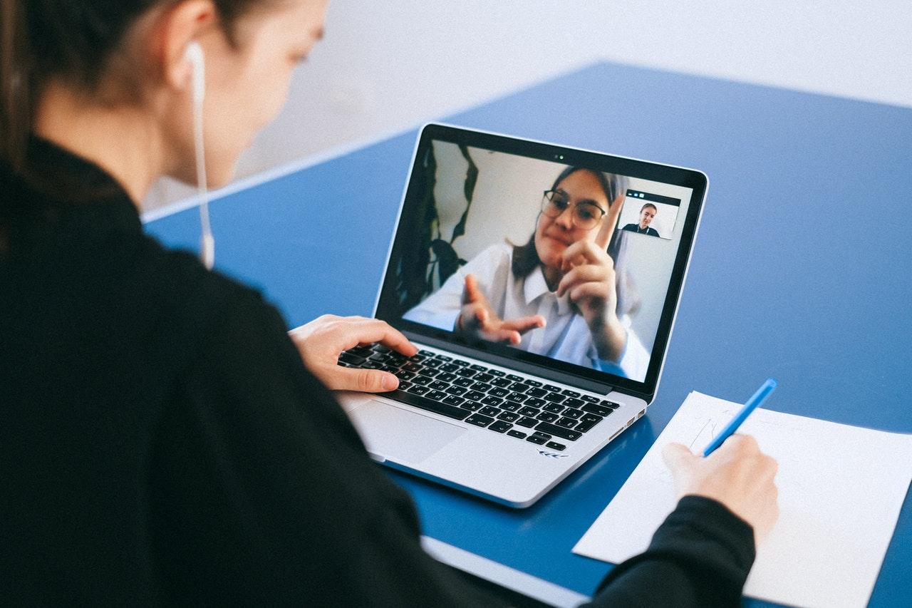 Dos mujeres en una videollamada en un portátil