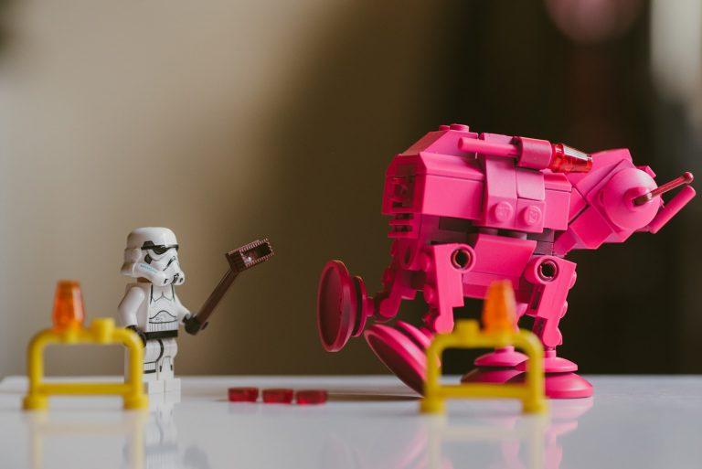 Robôs de brinquedo sobfre a mesa
