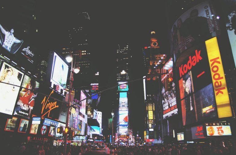 Times Square à noite com muitos anúncios