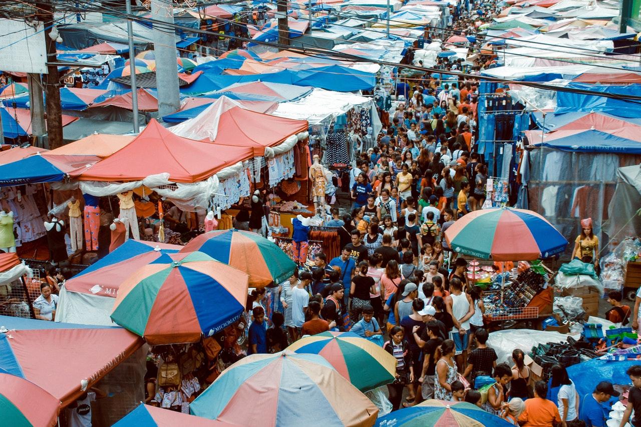 Vista dall'alto di un mercato affollato