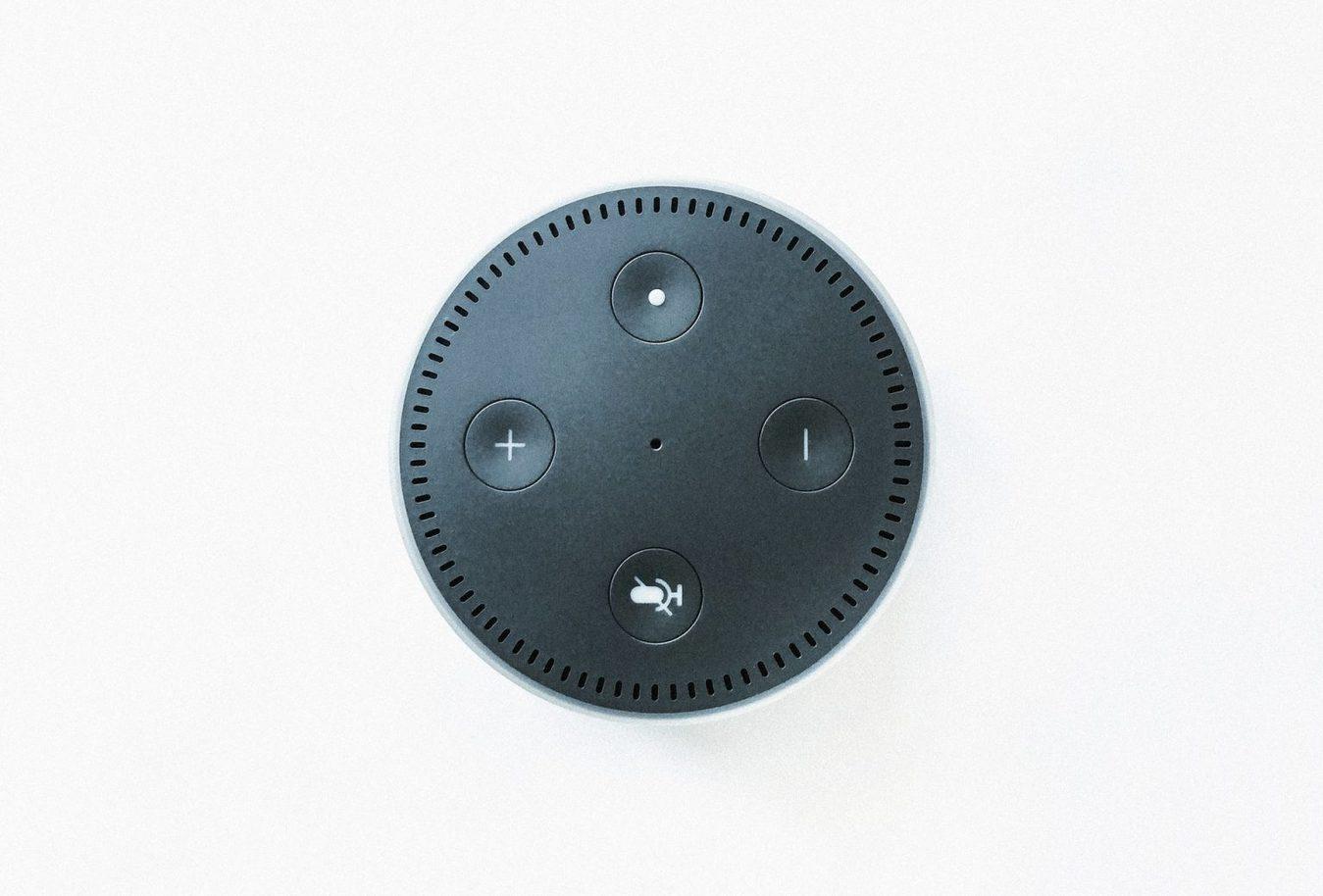 Alto-falante Amazon Echo visto de cima