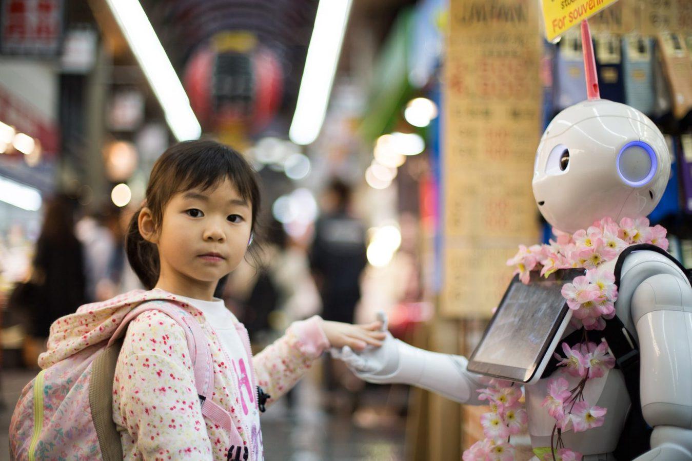 Menina de mãos dadas com robô