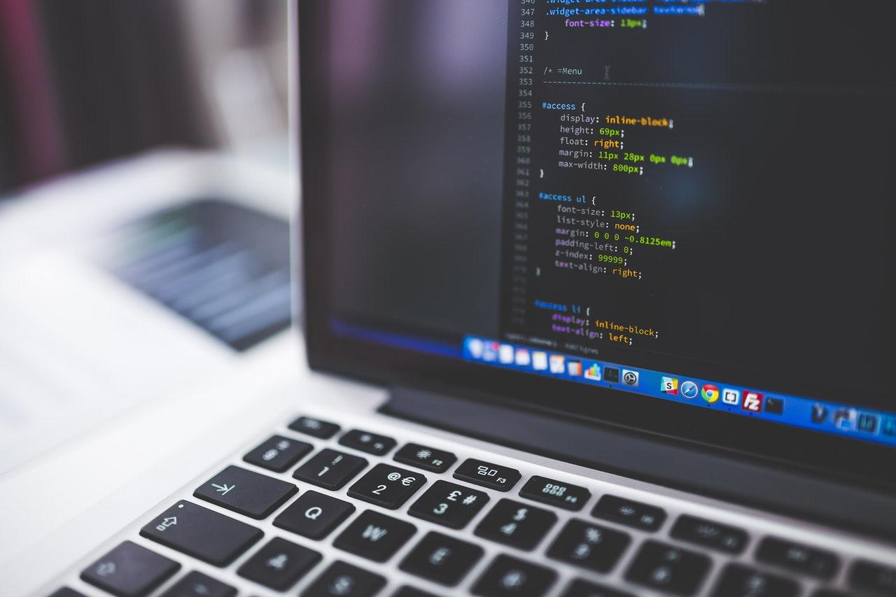 Mã HTML trên màn hình máy tính xách tay